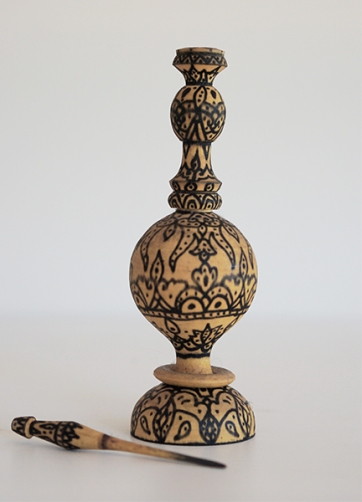 ALGERIAN CARVED WOODEN EYELINER VESSEL